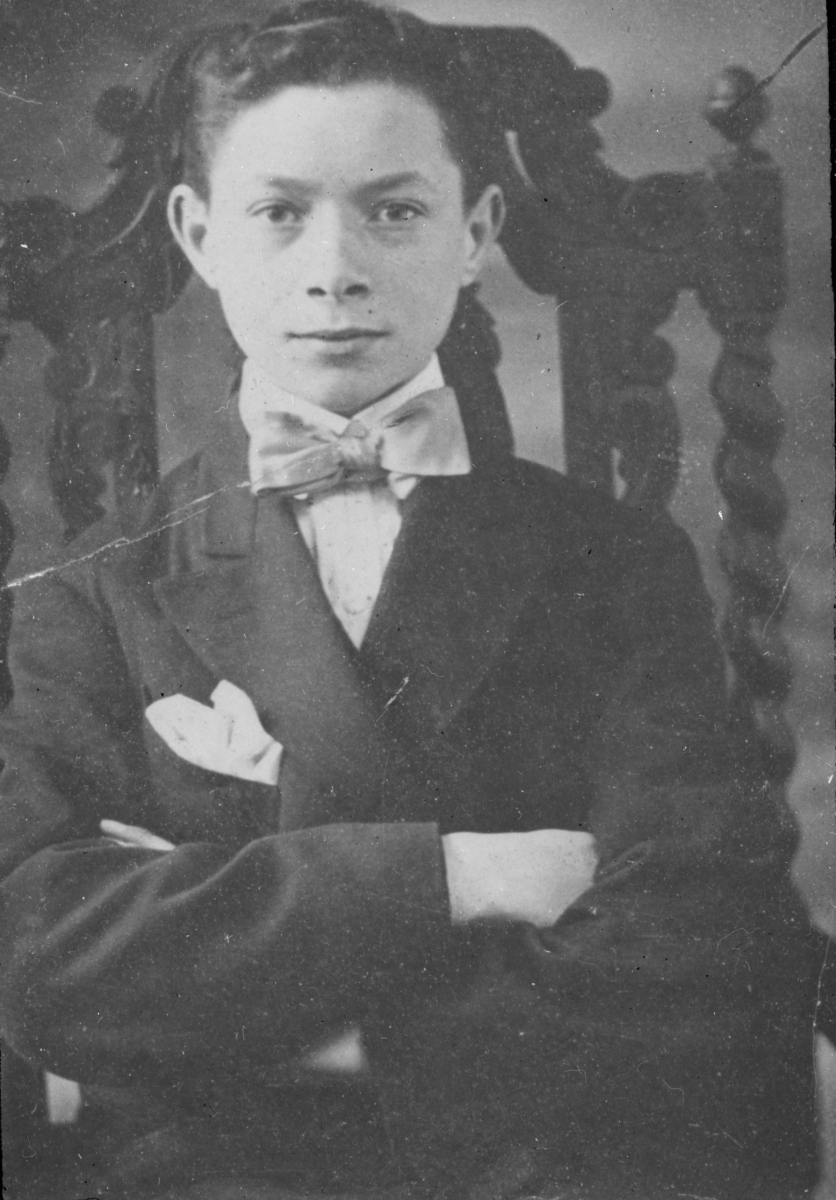 Sarnoff, around 15 years old, as an office boy for Marconi. He wears a suit and bow tie.