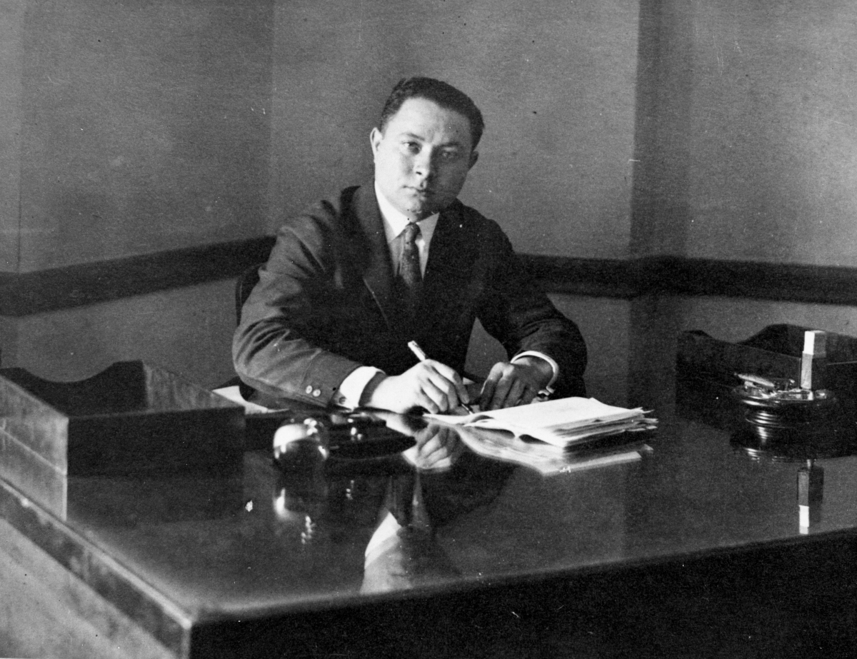Sarnoff in 1919 at his desk